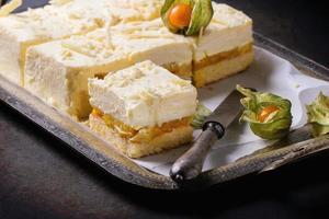 Kuchen mit tropischen Früchten foto