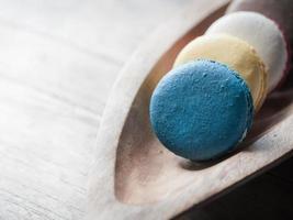 Macaron auf Holzschale
