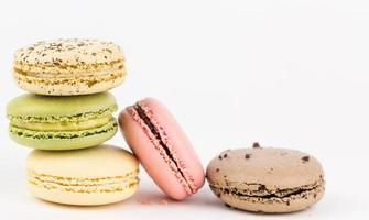 fünf Macaron-Kekse angeordnet. foto