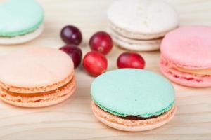 französische Macarons mit Preiselbeeren foto