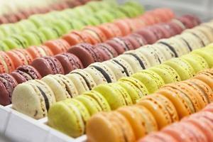 Macarons im Tablett auf rosa Tisch foto