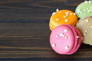 bunte Macarons auf Holztisch foto