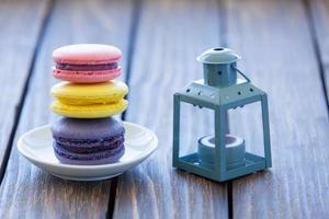 Macarons und kleine dekorative Lampe foto