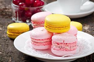 französische bunte Macarons auf einem hölzernen Hintergrund