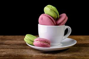 Macaron in einer Kaffeetasse foto