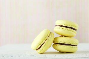 französische Macarons auf weißem hölzernem Hintergrund