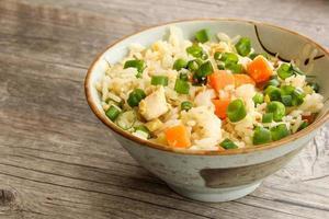 Hühnchen gebratener Reis mit Gemüse foto