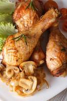 Hühnertrommelstöcke mit Pilzen und Rosmarin vertikale Draufsicht foto