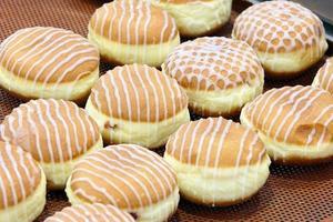 glasierte Donuts mit Marmelade auf einem Tablett foto