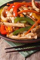 chinesisches Essen: Huhn mit Gemüse Nahaufnahme vertikal