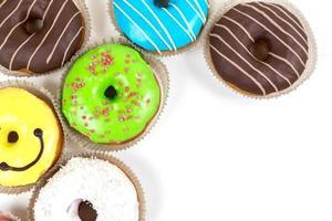 verschiedene glasierte Donuts in verschiedenen Farben foto