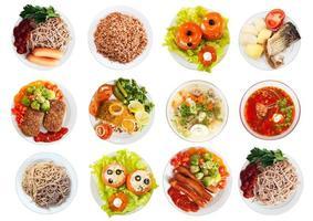 Draufsicht auf viele Teller mit Essen foto