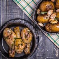 Kartoffeln und Hühnchen im rustikalen Stil foto