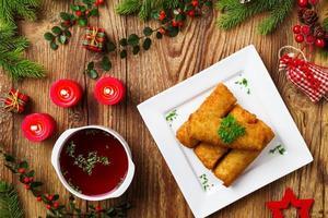 Kroketten mit Sauerkraut und Pilzen serviert mit Rote Beete also foto