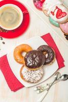 Donuts auf einem Teller und Kaffee foto