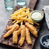 knusprige Fish and Chips, Sauce Tartar. Britisches Essen foto