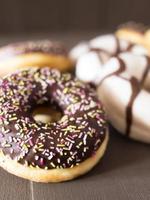verschiedene Donuts auf einem Holztisch