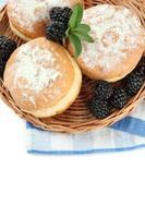 leckere Donuts mit Beeren, isoliert auf Weiß foto