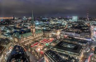 Hamburger Rathaus mit Weihnachtsmarkt foto