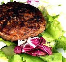 Hamburger und Salat foto