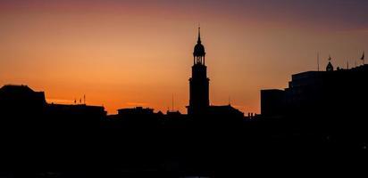 Blick auf die Skyline des Wahrzeichens in Hamburg - st. Michaels Kirche foto