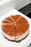 Tiramisu-Kuchen auf einem weißen Teller foto