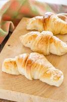 Croissant auf dem Tisch foto