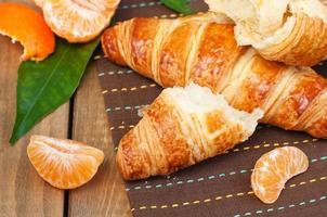 Croissant und Obst foto