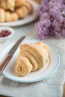 frisch gebackenes Croissant foto