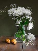 Stillleben von Blüten weißer Chrysanthemen foto