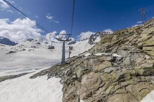 Seilbahn im Skigebiet in den Alpen foto