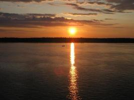 Sonnenweg auf dem Wasser foto