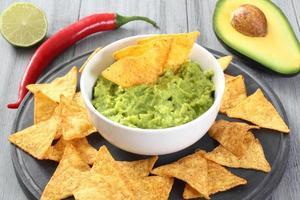Guacamole Avocado und Nachos foto