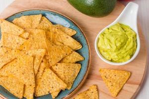 grüne Guacamole mit Nachos und Avocado foto