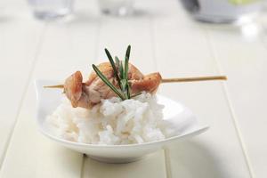 Hühnerspieß und Reis foto