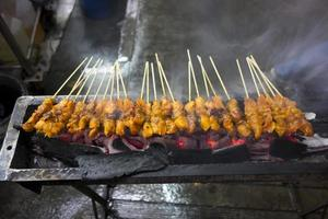 asiatisches Hühnchen Satay grillen