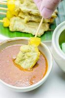 Gegrillter Schweinefleisch-Satay mit Erdnusssauce und Essig, thailändisches Essen. foto