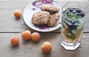 Haferkekse, Aprikosen und frische kalte Limonade foto