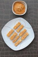 gebackene Sesam-Tofu-Erdnussbuttersauce
