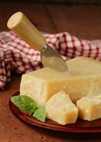 Stück frischer leckerer Hartparmesankäse foto