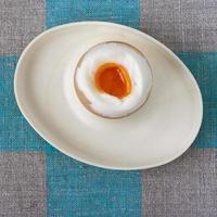 gekochtes Ei auf einem Ständer foto