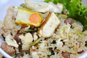 vegetarischer gebratener Reis mit Gemüse und Tofu auf Schüssel foto