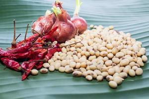 Bohnen und gelbe Paprika und rote Zwiebeln foto