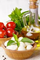 Mozzarella, Tomaten und Öl foto