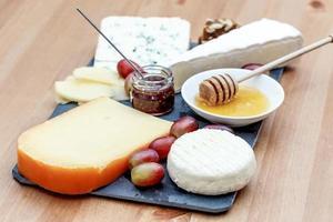Teller mit verschiedenen französischen Käsesorten foto
