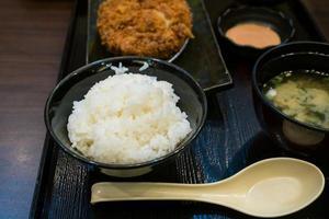 Gebratenes Schweinefleisch und japanischer Reis im Bento-Set foto