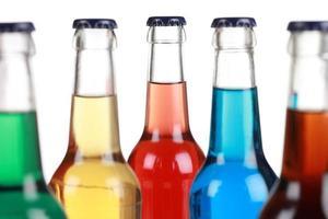 Glasflaschen mit alkoholfreien Getränken foto
