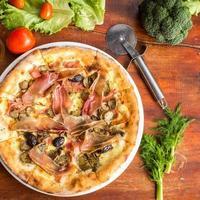 verschiedene Fleischpizza mit Jamon und Oliven foto