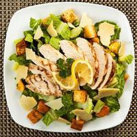 Draufsicht auf gesunden Hühnchen-Caesar-Salat