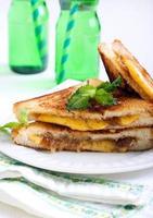Gegrilltes Sandwich mit Feigenmarmelade und Käse foto